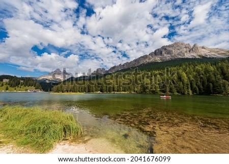 Lake Misurina (Lago di Misurina), Drei Zinnen or Tre Cime di Lavaredo and mountain range of Cadini di Misurina, Italian Alps, Sesto Dolomites, Auronzo di Cadore, Belluno, Veneto, Italy, Europe. Stok fotoğraf ©