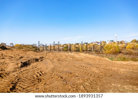 Land reclamation for property development. Sale of land at auction. Commercial building. Leveling, adding soil to the site. Land cleaning work. The first stage of lawn planting. Building area. Banner. Stockfoto ©