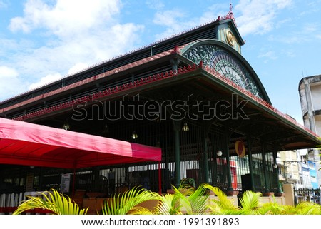 Landmark, facade of the historic public market (Mercado Publico) in the city of Manaus, central stone building from 1883, historical city of Manaus, Amazonas state, Brazil. Foto stock ©