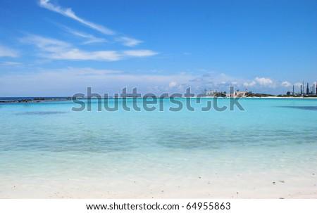Landscape photo of Aruba's tropical beach.