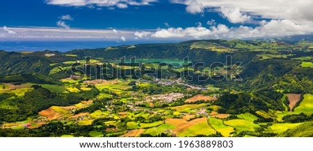 Landscape view in Salto do Cavalo (Horse Jump) with the Lagoon of Furnas in the Background, São Miguel island, Azores, Portugal. Miradouro do Salto do Cavalo in Sao Miguel, Azores, Portugal Foto stock ©