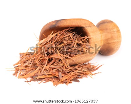 Lapacho herbal tea in wooden scoop, isolated on white background. Natural Taheeboo dry tea. Pau d'arco herb. Tabebuia heptophylla. Foto d'archivio ©