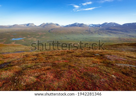 Lapponian gate, famous mountain pass in the Swedish arctic in beautiful autumn colors on a sunny day. Viewed from Nuolja, Njulla mountain. Hiking in Abisko national park, Kiruna, Sweden. Foto d'archivio ©