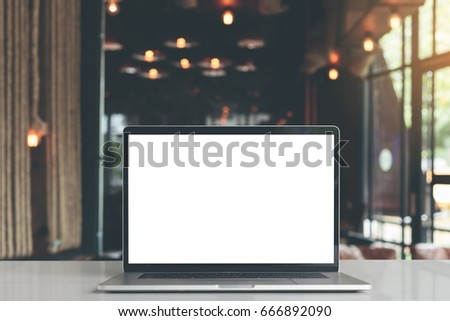 laptop showing blank screen in coffee shop restaurant