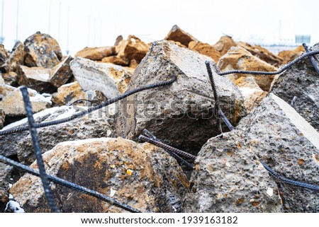 Large concrete stones and metal rods. Construction waste after dismantling the old building. Close-up Foto stock ©