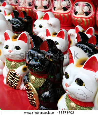 Large group of Japanese beconing cat statues