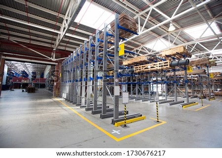 Large Industrial Warehouse of heavy iron and metal parts. Foto d'archivio ©