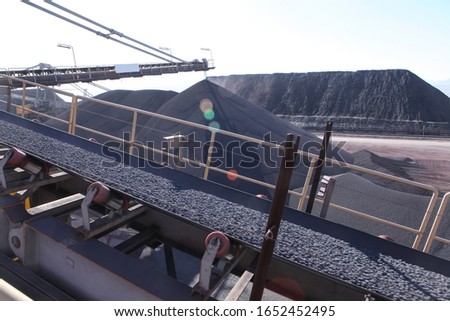 Large iron ore pellet depot at the factory. Foto d'archivio ©