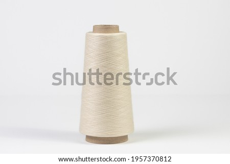 Large spool of white woolen thread, close-up with shallow depth of field. Isolated on white background Foto stock ©
