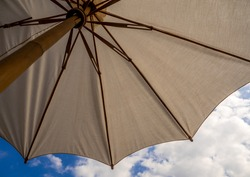 Large umbrella made of calico There is a bamboo umbrella frame