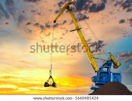 Larger cranes in the port, cranes load bulk materials. The work of cranes in the seaport Foto stock ©