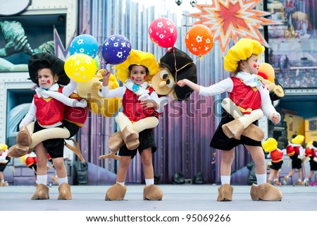 LAS PALMAS, SPAIN - FEBRUARY 12: Unidentified Children from Chiara Girl's, from Canary Islands, perform during The Children's Costume Competition on February 12, 2012 in Las Palmas, Spain