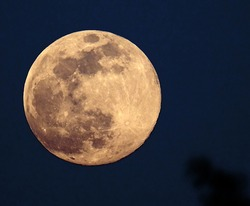 Last super moon of April 8, 2020 during containment