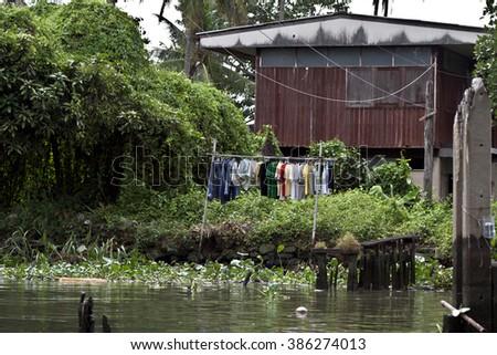 laundry clothes hang hung to dry chao phraya river canal bangkok thailand Stock foto ©