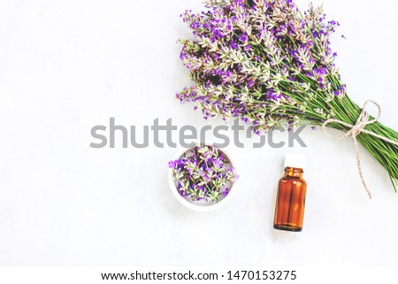 Lavender flower bouquet, bottle with oil on wood background. Purple flower on table. Top view, flat lay design Foto stock ©