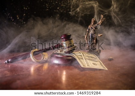 Law theme, mallet of the judge on wooden desk with Lady Justice Statue. Concept For Corruption, Justice, Law, Bankruptcy Court, Bail, Crime, Bribing, Fraud. Law gavel with handcuff and money Foto d'archivio ©