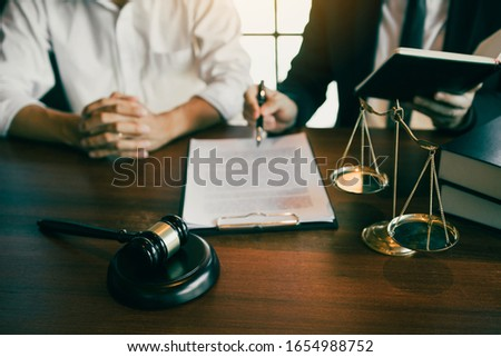 Lawyer explained to the client about the legal issues that must be taken in court in the office. Foto stock ©