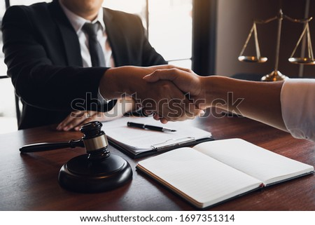 Lawyer is currently shaking hands with the client about the success in resolving the case. Zdjęcia stock ©