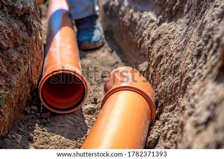 laying drainage pipes into the ground Foto stock ©