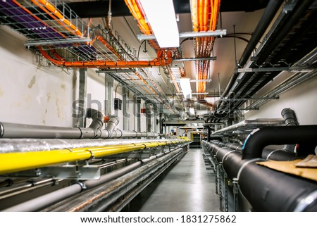 Laying of engineering networks. Ventilation pipes. Air conditioning of buildings. Pipe installation. Technical floor. Maintenance of cable networks. Foto stock ©