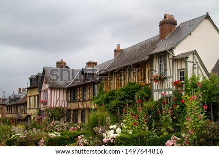 Le Bec-Hellouin, Haute-Normandie, typical timbered houses and lots of colourful flowers Photo stock ©