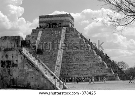 Le touriste montant la pyramide principale dans Chichen Itza, Mexique - stock photo
