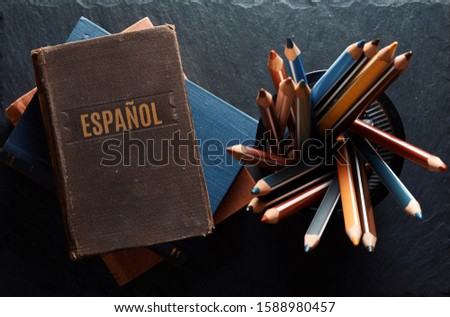learninf Spanish concept. Old books and pencils Foto stock ©