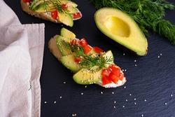 leckere Häppchen mit Avocado- und Tomatenscheiben und Dill