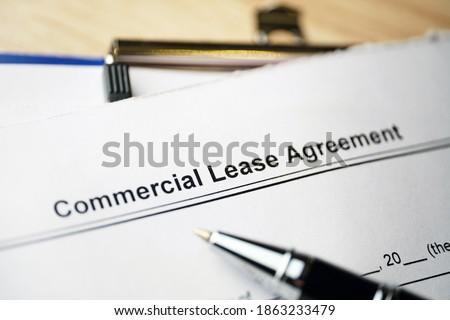 Legal document Commercial Lease Agreement on paper. Imagine de stoc ©