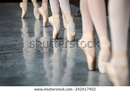 Legs dancers on pointe, near the choreographic training machine.