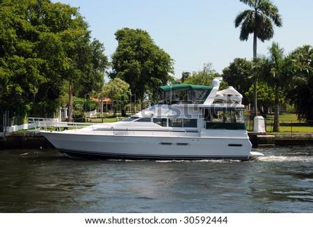 leisure boating along Fort Lauderdale's waterways