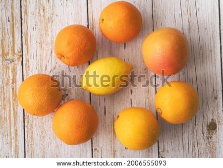 Lemon put at the middle of Cara Cara and Navel Orange,Grapefruit,on background Foto stock ©