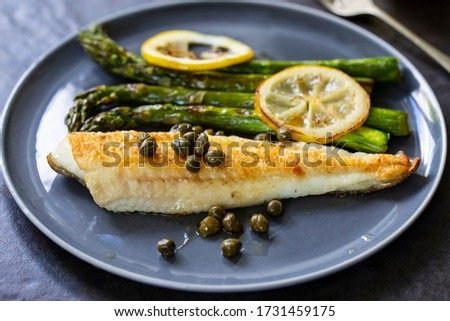 Lemon sole with butter and capers sauce and asparagus Foto d'archivio ©