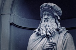 Leonardo Da Vinci statue in Firenze, Italia