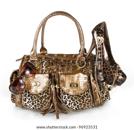 leopard print accessories: handbag, shoe, sunglasses and golden necklace