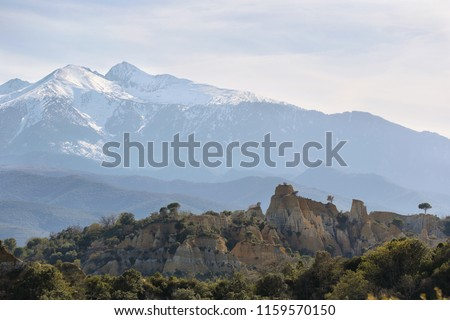 Les orgues d'ille sur tet with Canigou peak behind, Languedoc-Roussillon, Pyrenees-Orientales, France. Zdjęcia stock ©