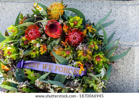 Lest we forget wreath laid on Remembrance day at a Warm Memorial in Australia Foto stock ©