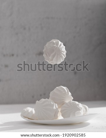 Levitating marshmallows. A delicate composition in a high key. Sweet meringue in a bowl Foto d'archivio ©