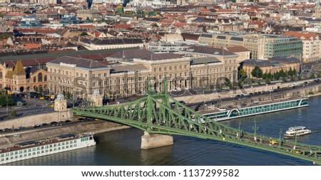 Liberty Bridge and the Corvinus University in Budapest, Hungary (Szabadsag hid, Budapesti Corvinus Egyetem, BCE) Stock fotó ©