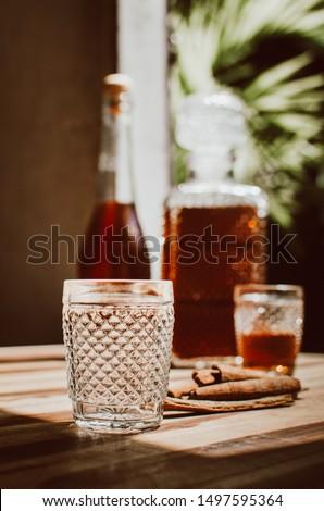 Licor de canela em copo de vidro Foto stock ©