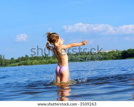 zhena-v-reke-golaya