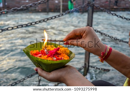 Lighting up flower basket at ganga ghat Foto stock ©