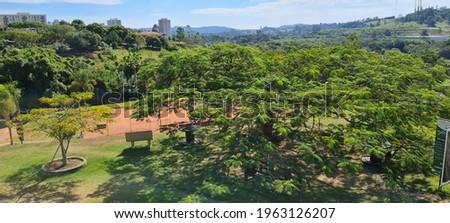 Lindo vista de um clube no interior paulista brasileiro com um dia ensolarado e muita mata junto a cidade Foto stock ©