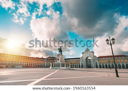 Lisbon city central square, Portugal. Commerce Square or Praca do Comercio and famous Rua Augusta Arch on a sunny summer evening Foto stock ©