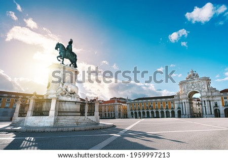 Lisbon city old town, Portugal. King Jose I Statue at Commerce Square or Praca do Comercio and famous Rua Augusta Arch on a sunny summer evening Foto stock ©
