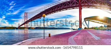Lisbon landscape at sunset.Panoramic photograph of the 25 de Abril bridge in the city of Lisbon over the Tajo River Foto stock ©