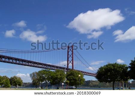 Lisbon - Portugal 01, 08, 2021: 25 de Abril bridge over the Tagus river Foto stock ©