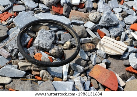 Littering in a poluted beach in Deba, Gipuzkoa: in spanish, this is called 'basuraleza', a mixture between 'basura' (trash) and 'naturaleza' (nature), that affects negatively to the environment.  Foto stock ©