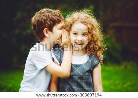 Little boy and girl whispers. Stock foto ©