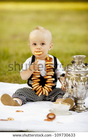 little boy with bagels